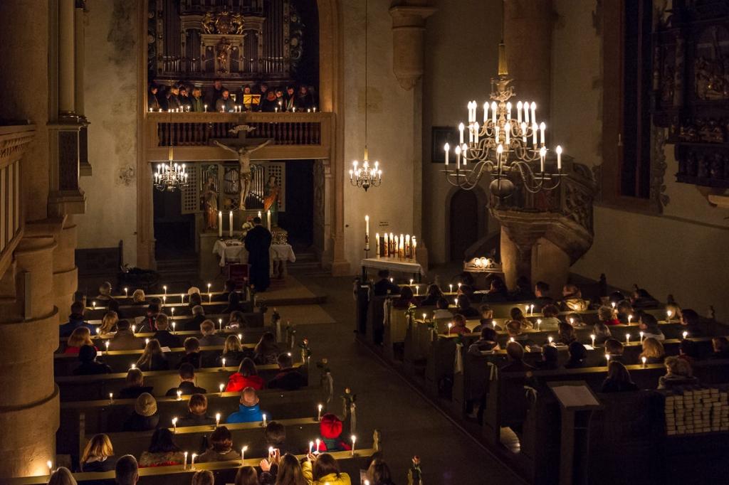 Die St. Michaelskirche im Schein der vielen Kerzen ...